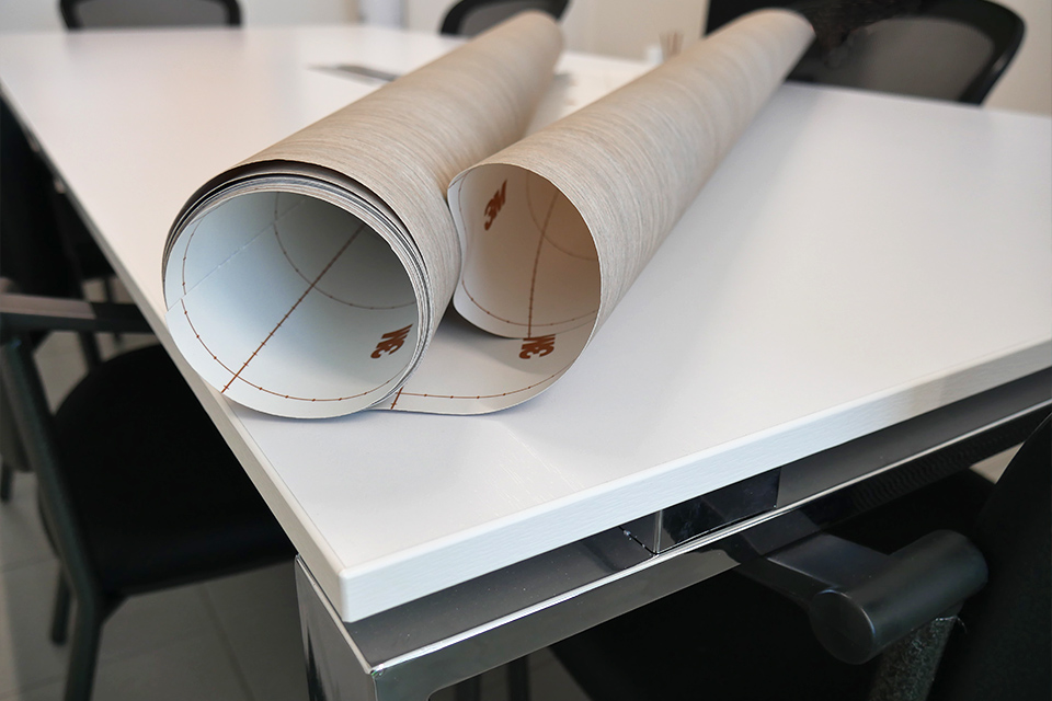 Tavolo di una sala riunioni aziendale prima del rivestimento con pellicole adesive 3m di noc
