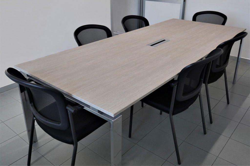 Tavolodi una sala riunioni aziendale rivestito con pellicole adesive 3m di noc